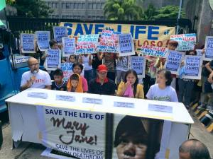 Presscon of Veloso family with Migrante in front of the DFA Photo: Migrante International